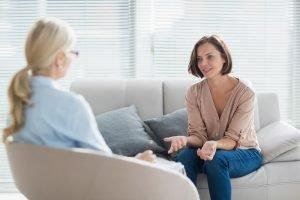 Frau redet mit einer Therapeutin