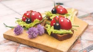 Tomaten-Marienkäfer auf einer Holzplatte