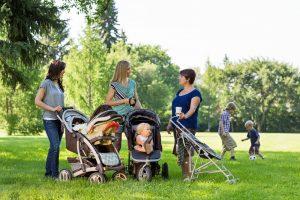 Mütter treffen sich im Park