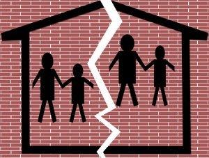 Haus mit Spalt in der Mitte, der die Familie trennt
