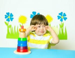 kleiner Junge weint im Kindergarten