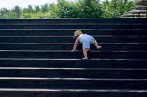 ein baby mit 1 jahr versucht treppen zu gehen