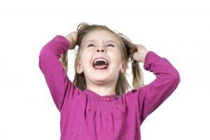 Kind mit psychischer erkrankung reißt sich Haare aus