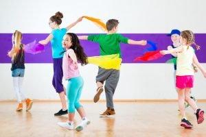 Kinder tanzen mit Tüchern