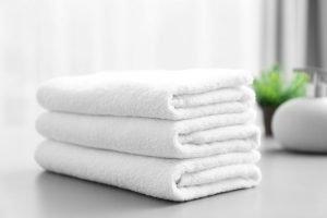 gestapelte, weiße Handtücher