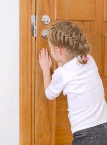 Kind öffnet die Haustür