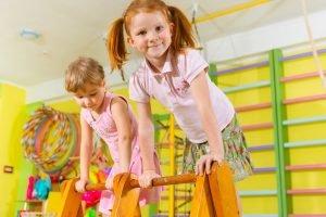 Kinder turnen im Kindergarten