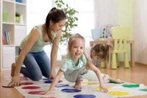 mutter spielt mit ihren kindern twister