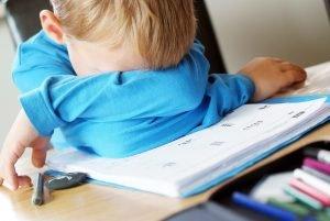 überforderter Junge über Schulaufgaben