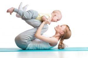 junge mutter macht mit ihrem kleinen baby uebungen