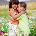 Kinder spielen gemeinsam draußen