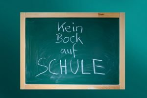 """Tafel mit dem Schriftzug """"Kein Bock auf Schule"""""""