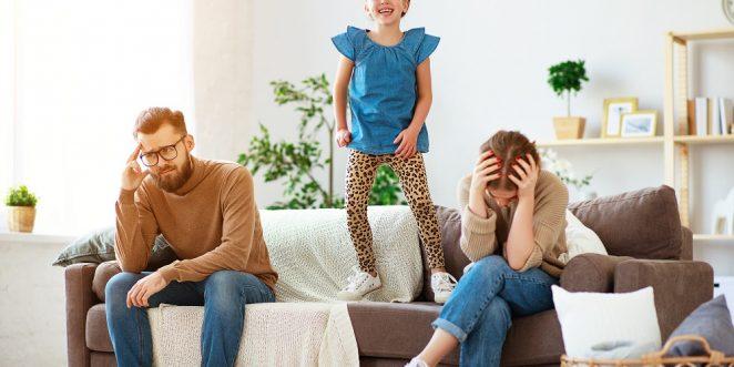 unruhiges kind huepft auf der couch