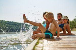 eltern und kinder machen gemeinsam urlaub
