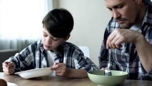vater und sohn essen cornflakes