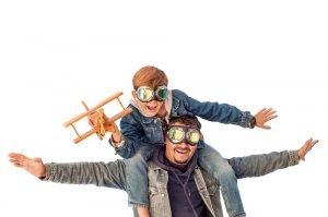 Vater und Sohn spielen mit einem Flugzeug