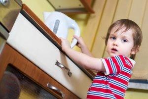 Kleinkind am Wasserkocher