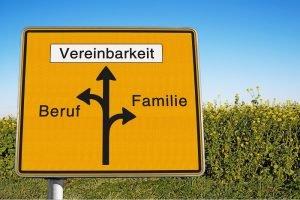 Straßenschild, dass die Vereinbarkeit von Familie und Beruf darstellt