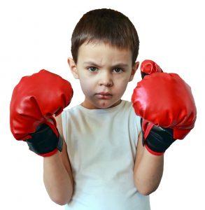 Kind mit Boxhandschuhen ist verletzt