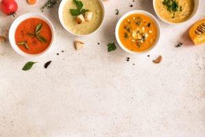 verschiedene bunte suppen