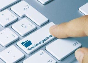 """Finger neben einer Taste mit der Aufschrift """"Versicherungsschutz"""""""
