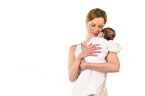 Mutter mit schlafendem Säugling auf dem Arm