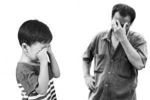 Vater und Sohn verzweifeln