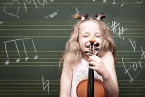 ein kind mit einer violine