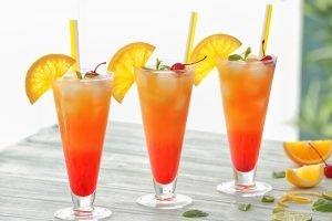 drei Gläser mit dem Cocktail Virgin Sunrise