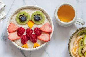 Früchte als Vogel dargestellt.