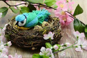 Vogel aus Wolle in einem Nest