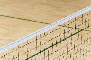 ein volleyballnetz in einer sporthalle