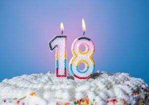 Kerze in 18-Form auf Kuchen
