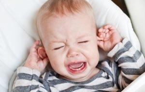 kleiner Junge weint