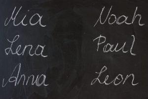 verschiedene namen stehen auf einer schwarzen tafel