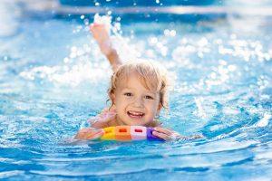 fröhliches Kind im Wasser