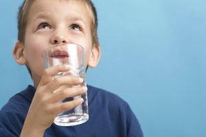 Kind beim Wasser trinken