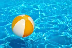 ein wasserball in einem schwimmbecken