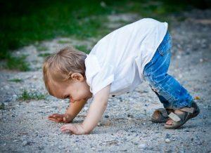 Kind krabbelt auf Boden