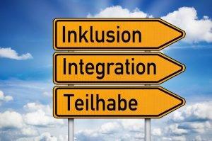 Wegweiser mit den Begriffen Inklusion, Integration und Teilhabe