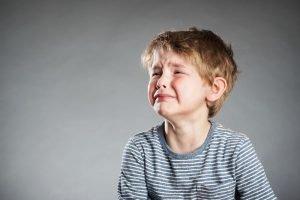 ein kleiner Junge weint