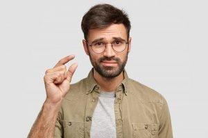 ein mann zeigt mit den fingern eine geringe menge an