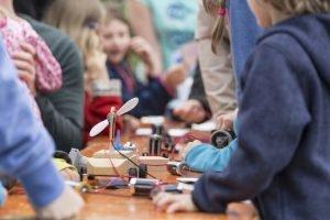 Kinder werken mit Batterien und Elektronik