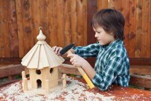 Kind baut Vogelhaus