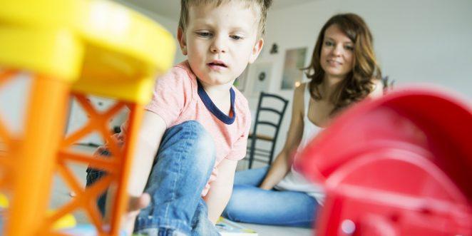Frau spielt mit einem Kind