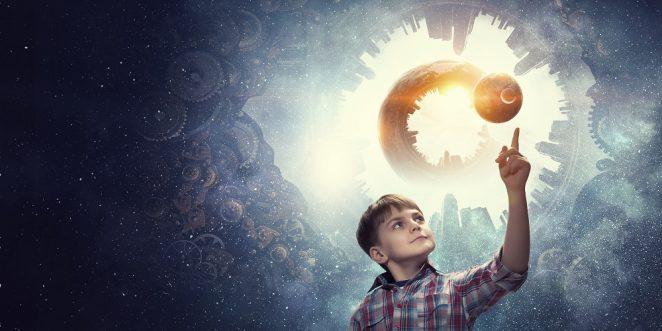 Kind lernt etwas über den Weltraum