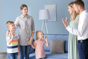 Eltern verabschieden sich von ihren Kindern und der Nanny