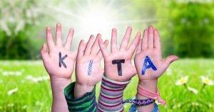 kinder zeigen ihre haende mit dem begriff kita