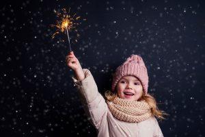 Mädchen hält eine Wunderkerze