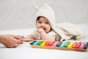 Baby mit einem Xylophon